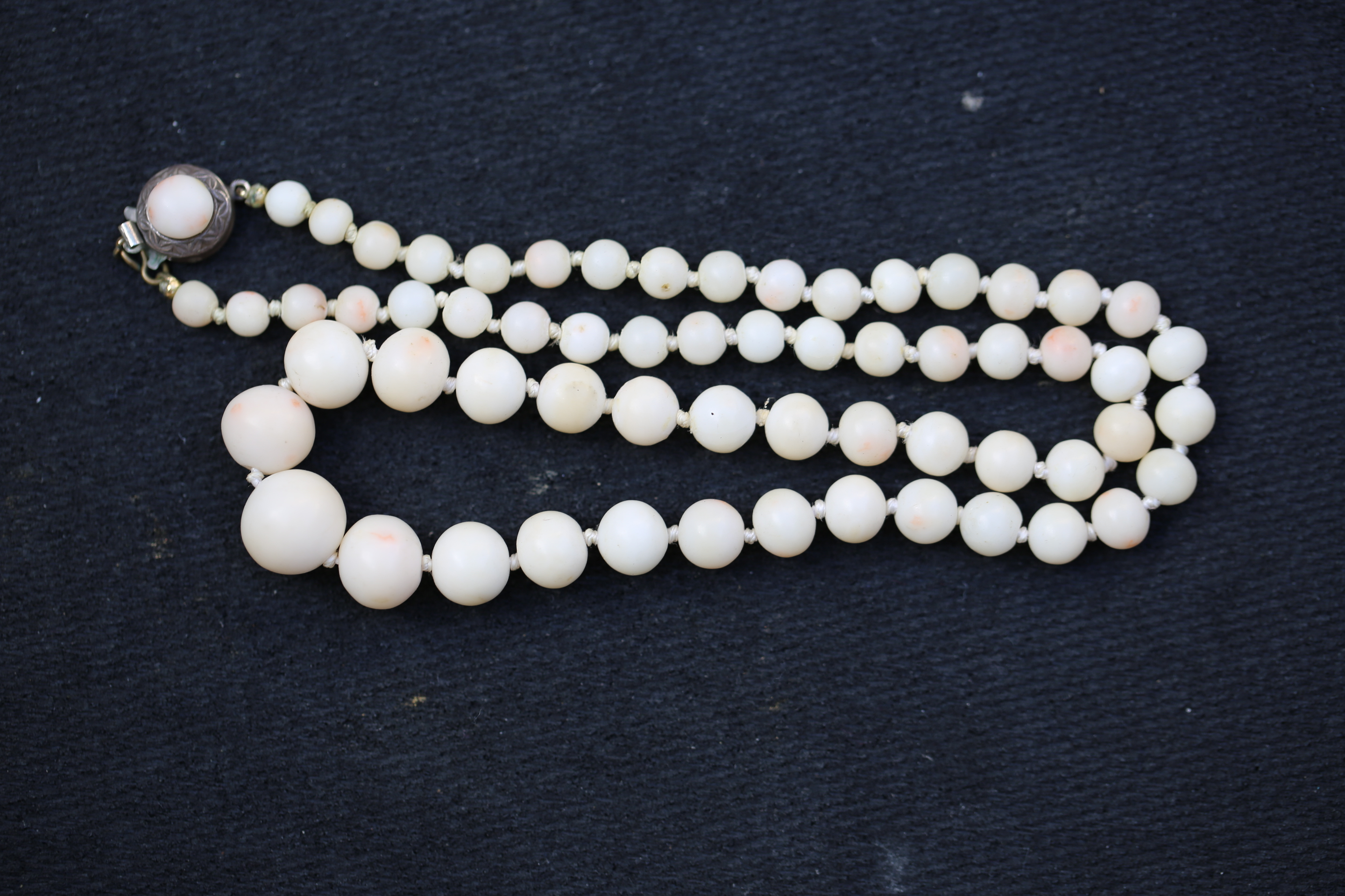 Jewelry039 Estate white coral necklace 18 inches long weight 30.